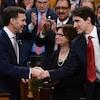 Le premier ministre Justin Trudeau, à droite, serre la main au ministre des Finances, Bill Morneau, après avoir déposé le budget fédéral à la Chambre des communes mercredi.