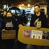 Des personnes rassemblées à une veillée aux chandelles devant l'hôtel de ville de Sherbrooke.
