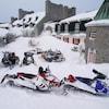 Une dizaine de motoneiges stationnées devant l'hôtel le Manoir de Baie-Comeau