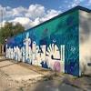 Une murale à motif aquatique peinte sur un mur à Winnipeg.