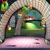 Vue d'un tunnel en filet pour enfants avec des jouets en plastique accrochés ici et là.