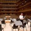 Le musicothécaire de l'OSM, Michel Léonard, se promène sur la scène de l'Orchestre Symphonique de Montréal.