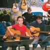 Des jeunes jouent de la guitare ou encore de la batterie.