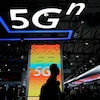 Le plancher du salon annuel Mobile World Congress. On y voit une affiche faisant la promotion de la 5G.