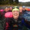 Sophia Marnik et quatre de ses collègues sont debout dans l'eau d'un lac du Yukon.