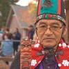 Na'moks, un des chefs héréditaires de la nation Wet'suwet'en, se tient debout en costume traditionnel.
