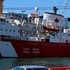 Le navire NGCC Hudson amarré dans un port.