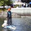 Une plongeuse debout sur une planche au milieu du fleuve