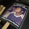 Des pancartes où l'on peut lire « Justice pour/for Nicholas Gibbs » et « #BlackLivesMatter ».