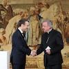Emmanuel Macron serre la main à Luigi Ventura.
