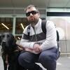 Lorne Neufeldt et son chien guide devant la station Lyon de l'O-Train.