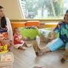 Une dame enseigne à des tout-petits