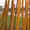 L'oeuvre est réalisée avec des perches de cèdre. Des inscriptions sont gravées dans le bois.