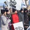 Des personnes rassemblées dehors avec des drapeaux de la CSN.