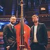 Deux hommes se tiennent à côté d'une octobasse à la Maison symphonique.