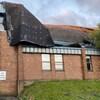 Un bâtiment en brique dont le toit est affaissé comme un morceau de tissu.