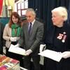 L'archiviste de la Ville, Matt Szybalski, la greffière,Krista Power, le maire de Thunder Bay, Bill Mauro et Elizabeth Dowdeswell regarde le contenu d'une boîte en métal.
