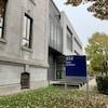 La façade extérieure du palais de justice de Trois-Rivières avec des feuilles d'automne au sol.