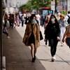 Des piétons portant des masques en raison de la pandémie de COVID-19, marchent le long d'Oxford Street dans le centre de Londres.