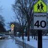 Un panneau le long d'une rue enneigée indique une limite de vitesse de 40 km/h.