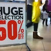Un panneau annonçant des soldes de 50 % dans un centre commercial.