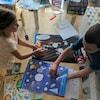 Deux enfants font des activités pédagogiques à la maison.