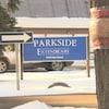 Une pancarte bleue à proximité d'un stationnement indique le centre de soin de longue durée de Regina, l'Extendicare Parkside.