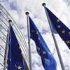 Trois drapeaux de l'Union européenne devant le Parlement européen