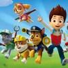 Capture d'images d'une série animée, montrant six chiots habillés avec des uniformes de différents métiers, par exemple en policier ou en pompier, et un petit garçon, qui courent.