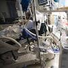 Un patient séjourne dans une unité de soins intensifs.