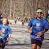 Un homme court aux côtés d'une enfant