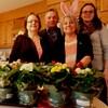Les bénévoles Thérèse Côté et Michel Dupuis, accompagnés de la directrice générale des Petits frères de Sherbrooke et de la coordonnatrice principale, Vicky St-François. À l'avant-plan, on voit les fleurs que recevront les Grands amis.
