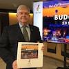Pierre Corbeil tient un cartable contenant le budget 2019 de Val-d'Or.