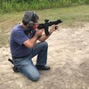 Pierre Paul-Hus s'est rendu dans un champ de tir de la région d'Ottawa à l'invitation de Tracey Wilson, de la Coalition canadienne pour le droit aux armes à feu