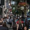 Des piétons déambulant sur la rue Sainte-Catherine à Montréal.
