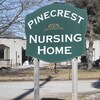 Une enseigne à l'extérieur du foyer pour personnes âgées Pinecrest.
