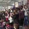 Des partisans applaudissent à l'aréna de Temiscaming, lors d'un match contre les Pirates de Ville-Marie.
