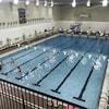 Des nageurs sont dans la piscine.