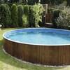 Une piscine hors-terre dans une cour arrière.