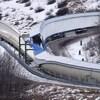 L'intersection d'une piste de bobsleigh en hiver.
