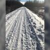 Sentier de neige où une motoneige et des VTT sont passés.