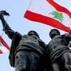 Des drapeaux libanais et un noeud coulant accrochés à une statue.