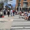 Des gens attablés sur une place publique de Québec