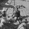 Femmes d'âge mur qui se prélassent sur une plage.