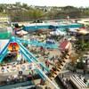 Un parc d'amusement avec plusieurs manèges