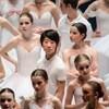 Point d'équilibre, un documentaire de Christine Chevarie-Lessard. On aperçoit de jeunes ballerines et un jeune danseur. Ils sont tous en blanc.