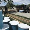 Des travailleurs s'affairent à déplacer les matériaux sur le site de la presqu'île du lac Osisko.