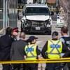 Image floue de policiers et image claire d'une fourgonnette blanche.