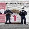Des policiers armés se tiennent devant une église.