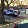 Deux véhicules de la police d'Halifax bloquent le passage dans une rue.